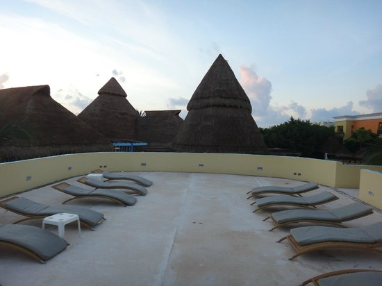 Iberostar Paraiso Maya: Quiet - lounge chair on the rooftop above ice cream stand