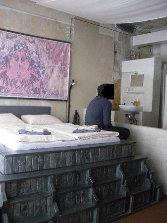 Propeller Island City Lodge: Posizione del letto rispetto al bagno a vista
