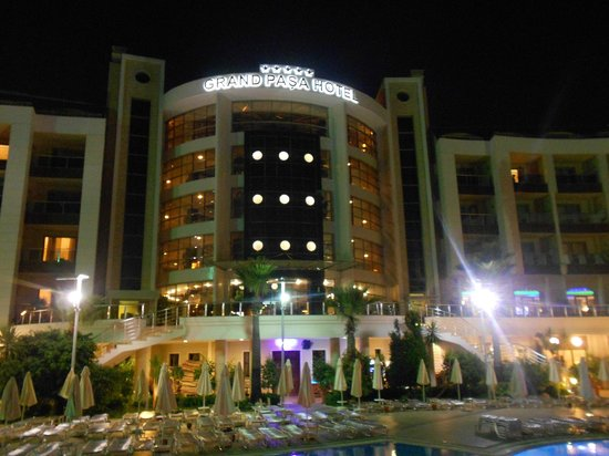 Grand Pasa Hotel: View of the hotel at night