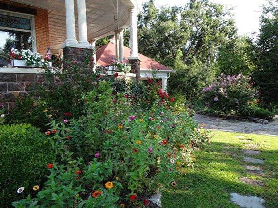 1890 Williams House Inn: Landscaping
