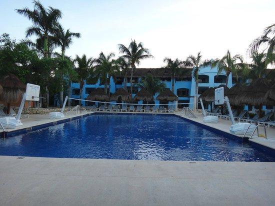 Iberostar Paraiso Maya: pool & basketball