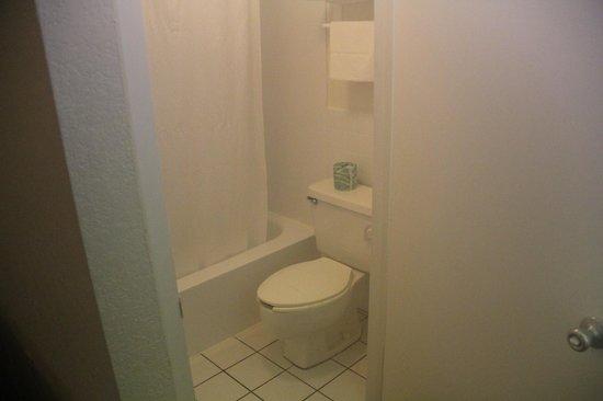 Magnuson Hotel Zephyrhills : Bathroom