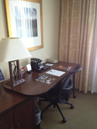 Morgantown Marriott at Waterfront Place: Work desk...just enough space