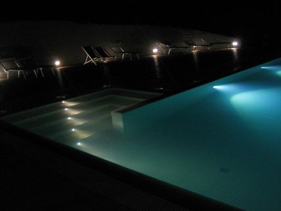 Agriturismo Sole e Terra: Der Pool bei Nacht :)