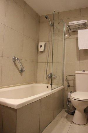 Art Gallery Hotel Haifa: And here is the bathroom