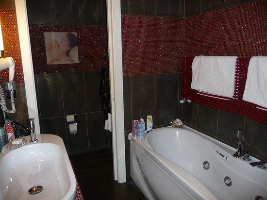 Parc Hotel Flora : Svårt att duscha i detta badkar....