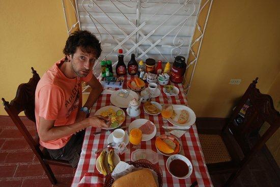 Hostal Dr. Suarez y Sra. Addys: Mega Desayuno