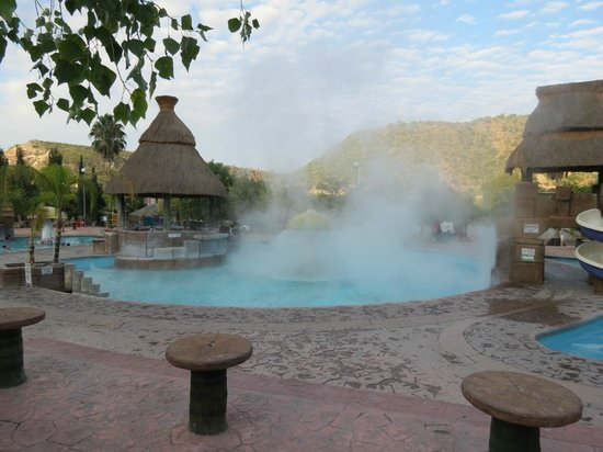 Tecozautla, Mexico: Pool being filled up with hot water in the morning
