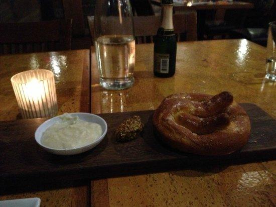 Leroy's Kitchen + Lounge: Bavarian pretzel, beer & cheddar fondue