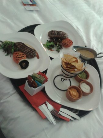Park Inn by Radisson Harlow: 2 x med-rare steaks with nacho's to share Mmmmm