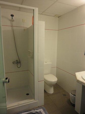 Petra Beach Hotel and Apartments : Studio bathroom