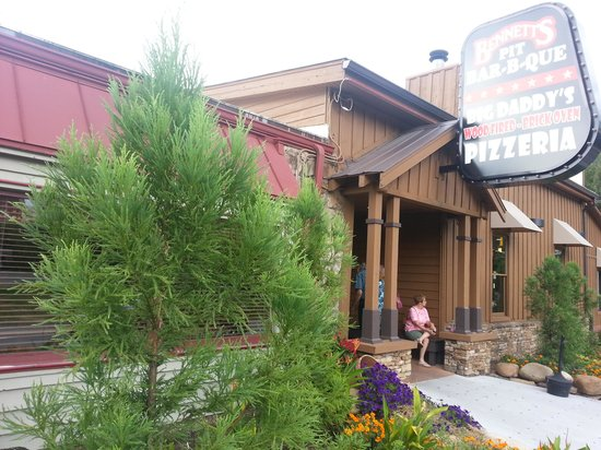 Bennett's Pit Bar-B-Que: Bennetts is just steps from the aerial tramway