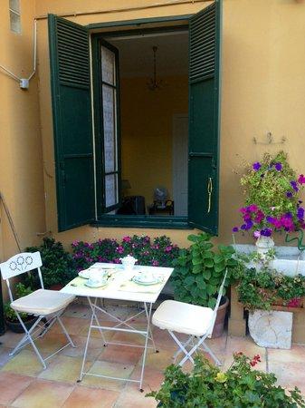 Chambre et Table d'Hote Le Blason: Frukost serveras på terassen