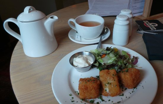 The Elizabethan: Starter: Brie fritters