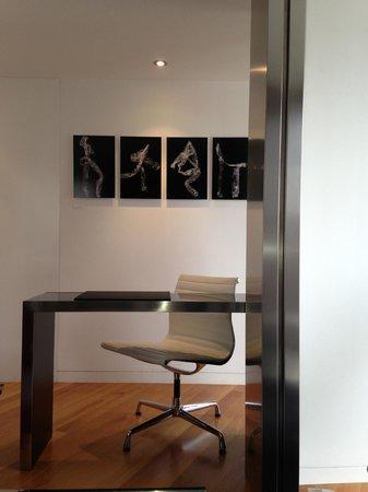 scrivania nel soggiorno della suite 701 - Picture of Hotel Inffinit ...