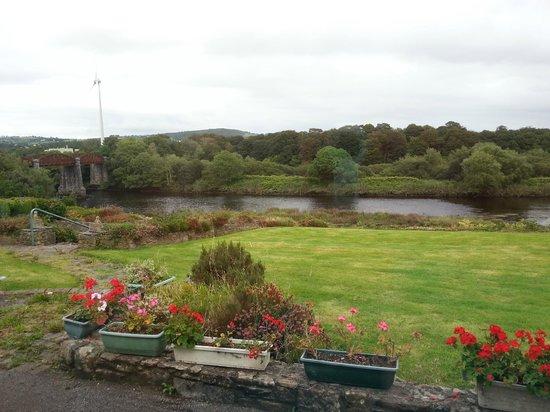 Riverside House: Blick in den Garten