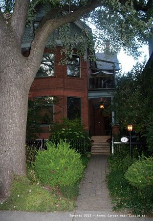 Annex Garden Bed & Breakfast and Suites: house from the outside, entrance