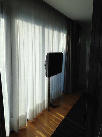 Hotel Inffinit Vigo: la vista dal soggiorno della camera da letto con un secondo TV LCD da 32 pollici