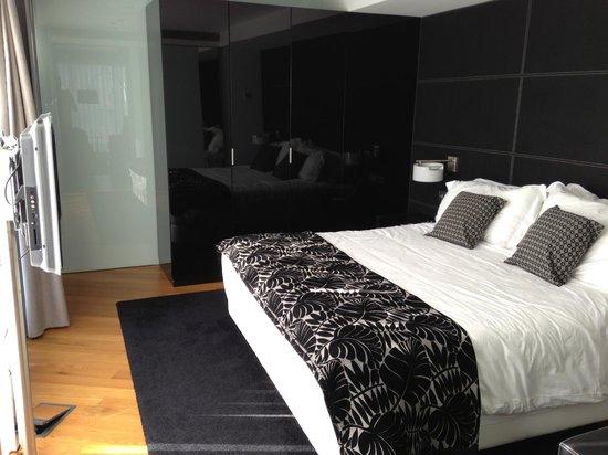 Hotel Inffinit Vigo: letto enorme della stanza 701