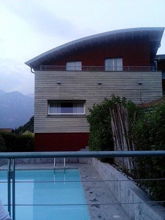 Hotel La Pieve di Pisogne: piscina e nostra camera in alto a sinistra