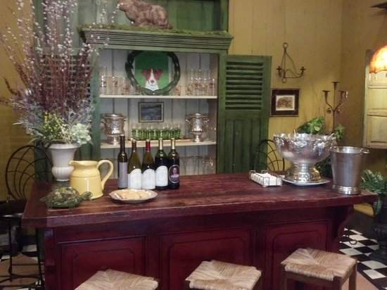 Sharpe Hill Vineyard: Tasting room interior