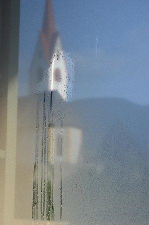 Hotel Christof: primo giorno di sole dietro il vetro appannato della camera