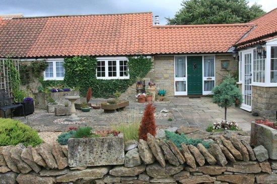 Foxholm B&B: Courtyard front garden