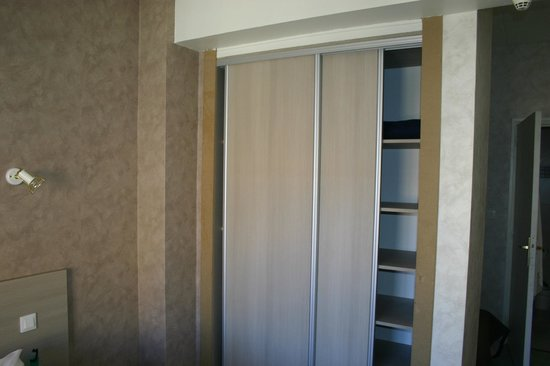 Hotel De La Plage: Wardrobe with extra blankets and pillows