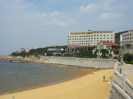 Wei Hai Golden Bay Hotel: view of hotel from beach