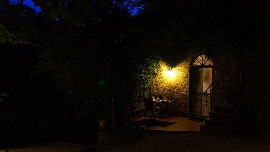 Il Portone: Jardim ao anoitecer