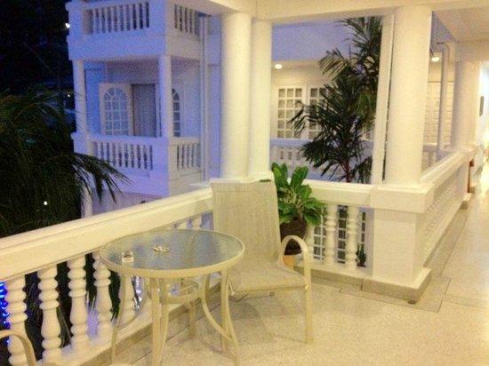 Villa Atchara: balcon devant la chambre
