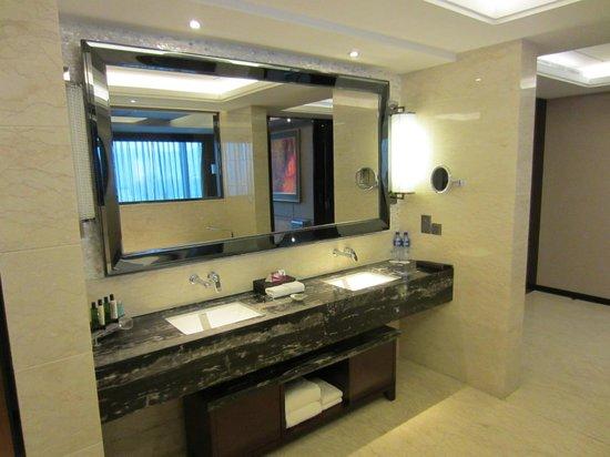 Crowne Plaza Lanzhou : suite bathroom