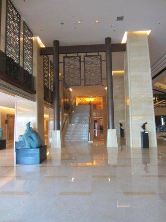 Hilton Beijing Capital Airport: lobby stairs