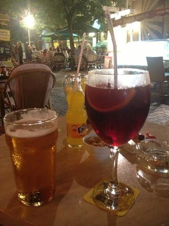 Bony's Bar: ginormous sangria!
