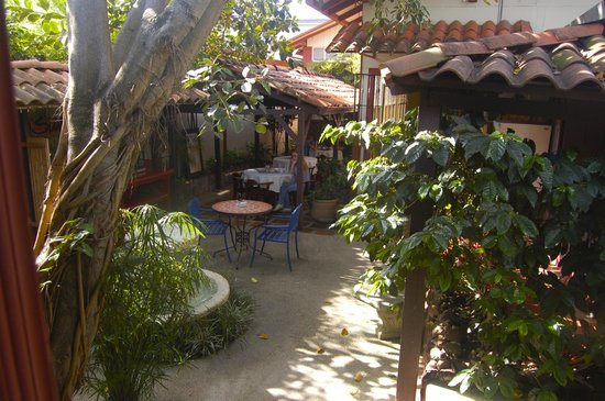 Hotel Los Volcanes B&B: The beautiful courtyard at Hotel Las Volanes