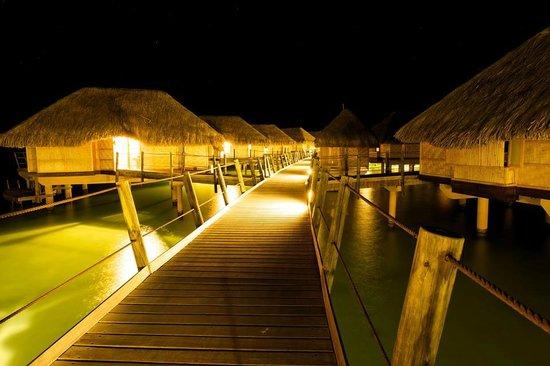Le Taha'a Island Resort & Spa : OWB at night