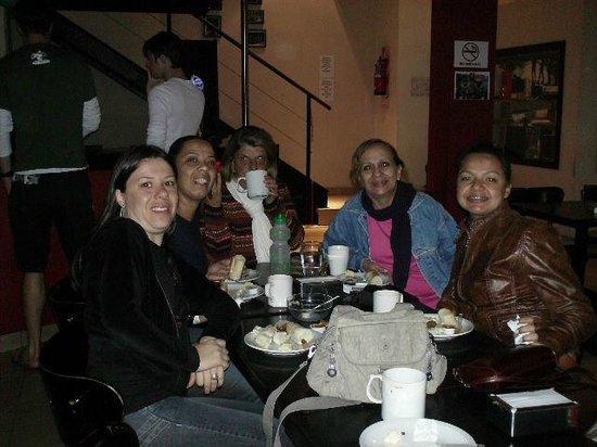 Milhouse Hostel Avenue: Café da manhã compartilhado com outros hóspedes