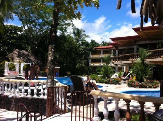 Jaco Laguna Resort & Beach Club: Resort view from the Tiki bar