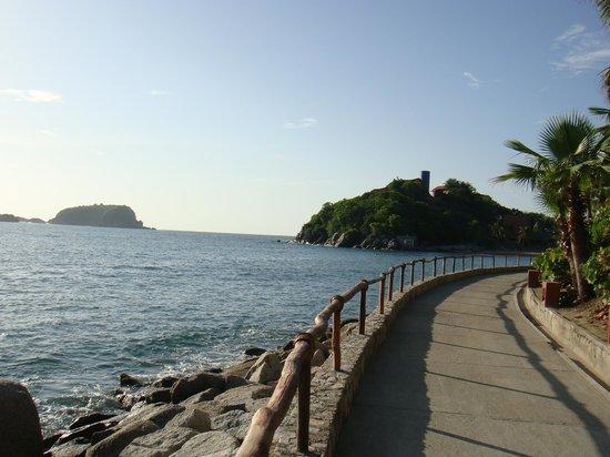 Las Brisas Huatulco : caminho entre as duas praias que estão de frente para o hotel