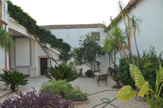 Casale Rocca Fiorita : cortile interno