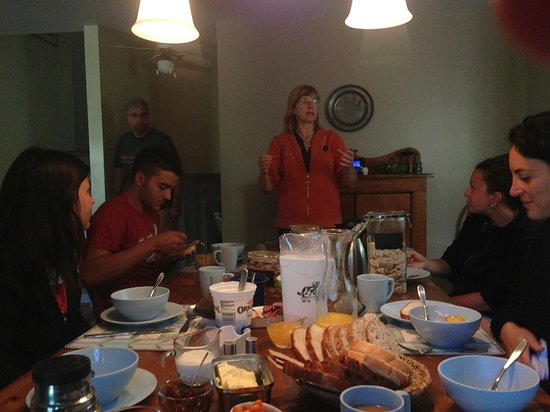 Taylor-Made B&B : Enjoying the best breakfast in Canada with travelers from Italy.