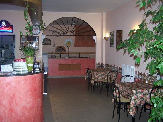 Mosciano, Italy: Ingresso con bar e forno a legna.