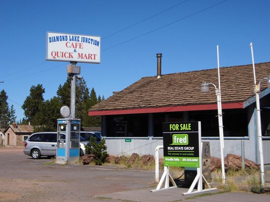 Diamond Lake Junction Cafe and Fuel Station Oregon: Outside the Cafe