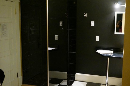 Leaside Suites and Executive Apartments : Confederation Room - bathroom
