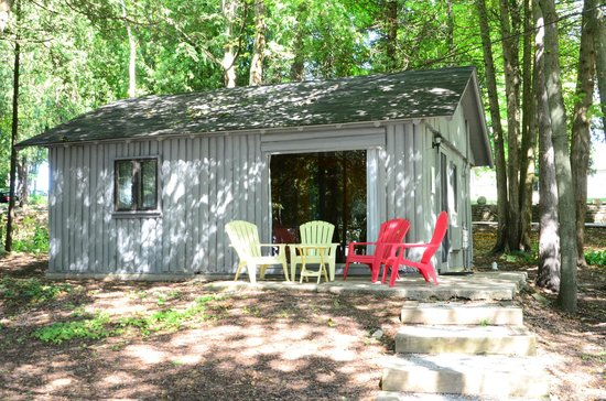 Little Sister Resort: Cabin 27 (view of patio and living room picture window)