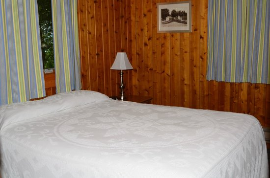Little Sister Resort: Cabin 27 - Queen Bedroom