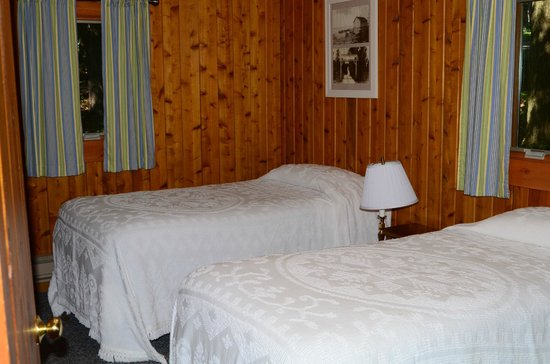 Little Sister Resort: Cabin 27 - room w/2 twins