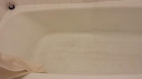 Motel 6 Nashville: Econolodge bath tub grime 8/29