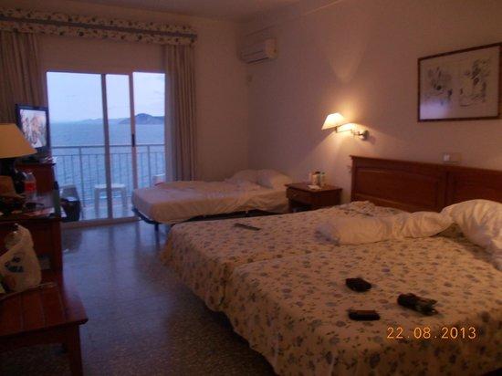 Hotel Nadal: la habitación estaba genial con su aire, su tele , muy completita