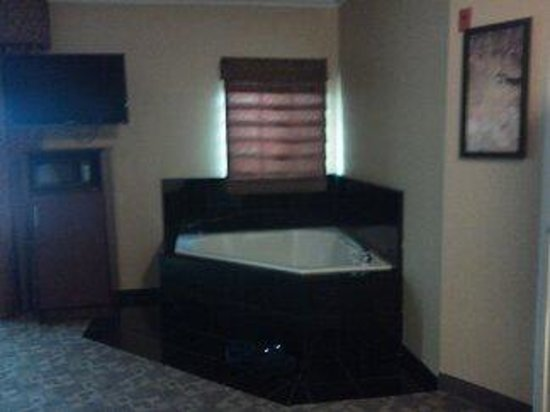Comfort Suites Oceanside Marina: spa tub